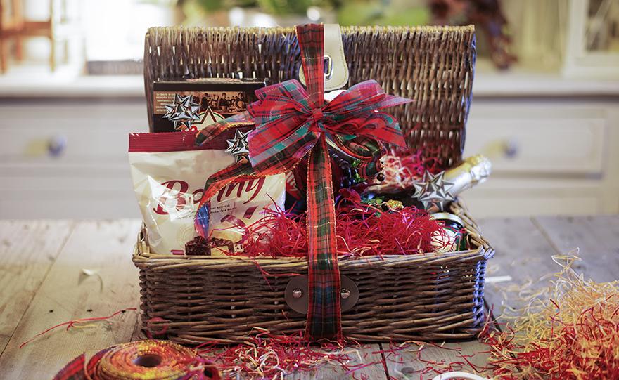 Amato Come confezionare cesti natalizi vuoti con nastri e decorazioni EB78