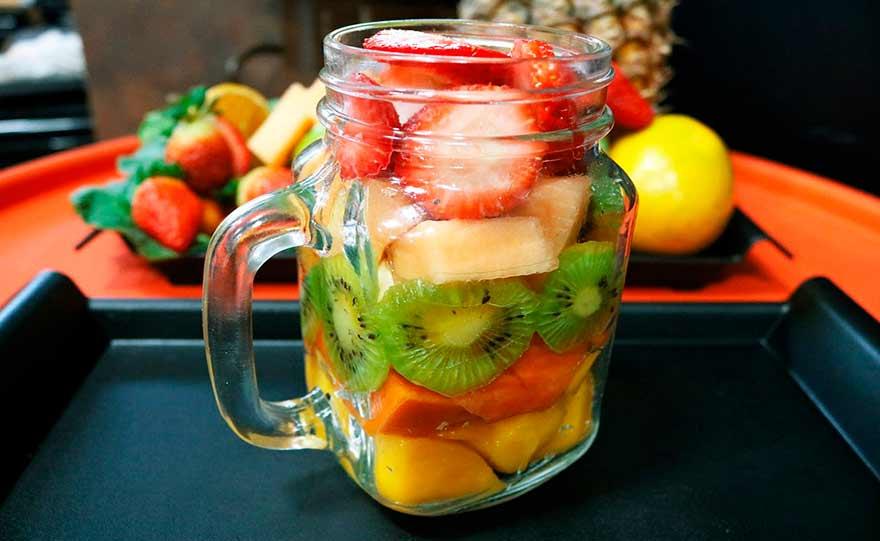 Insalata di frutta in vetro
