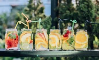 Cocktail in barattolo di vetro