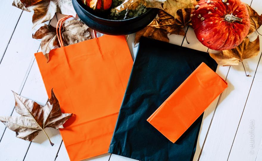Ti bastano delle shopper in carta colorata arancione e della carta velina  nera e arancio per creare allestimenti e confezionamento a tema. ba48ae231588